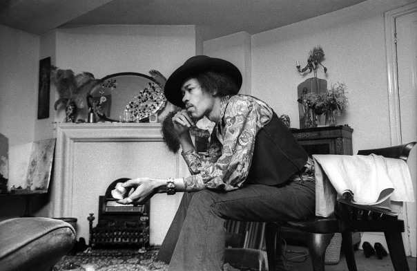 384b_38-jimi-hendrix-at-23-brook-street-1969-credit-cbarrie-wentzell-1